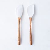 e932be1c-c6c7-43af-9311-c7c075317070--2016-0909_zwilling-staub_olive-wood-silicone-spoon-and-spatula-set_white_silo_rocky-luten_102